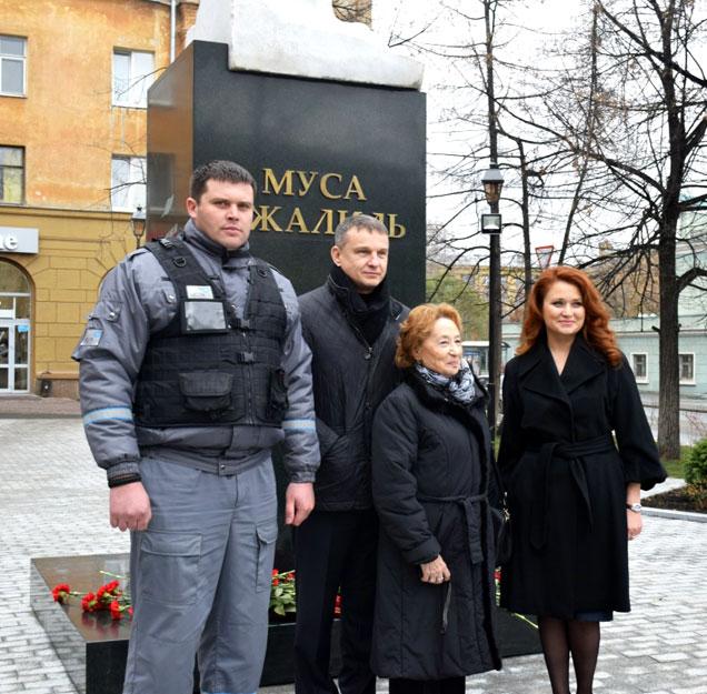 Дочь Мусы Джалиля и охранник «Дельта-Челябинск» на открытии памятника