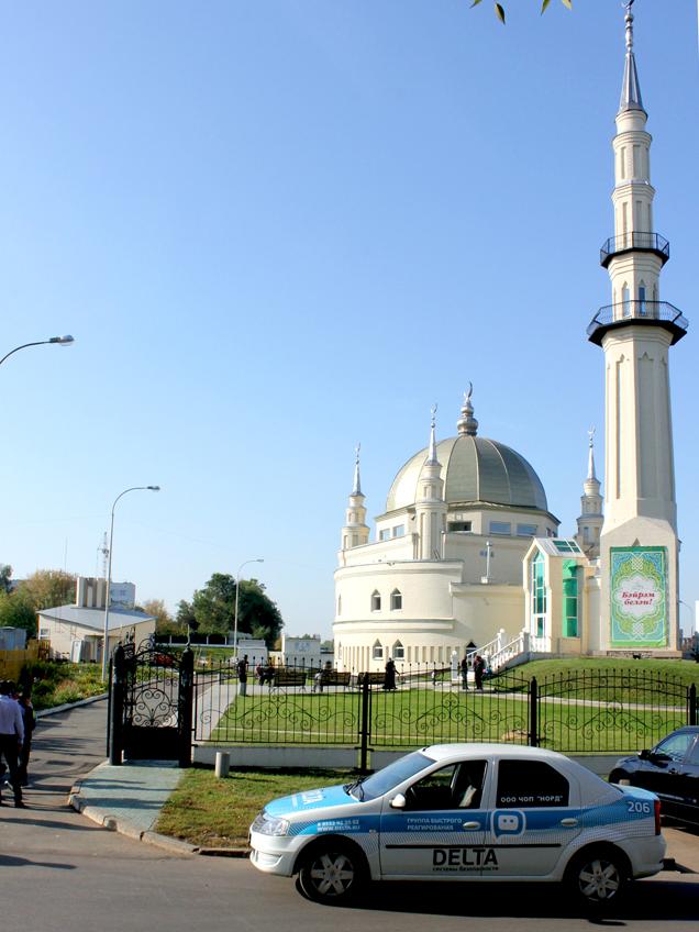 Сотрудники «Дельта-Закамье» охраняют порядок рядом с мечетью Нур-Ихлас