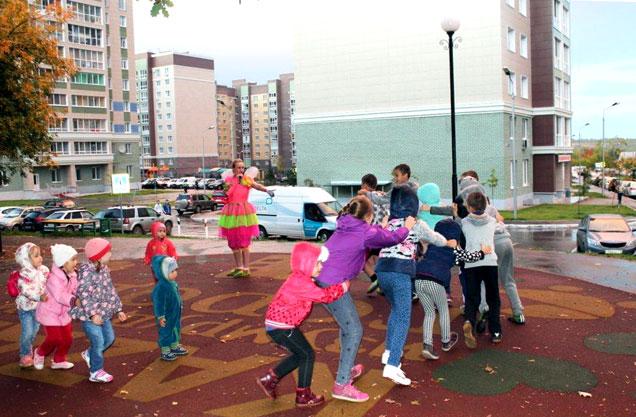 Дети веселятся на специальной акции